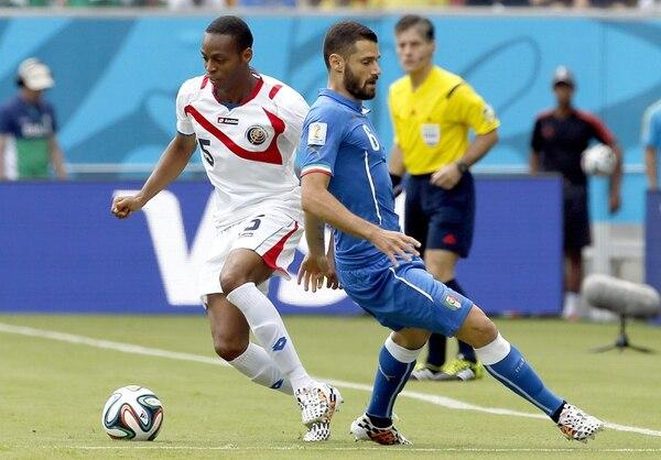 Junior Díaz en los primeros minutos del partido enfrenta a Antonio Candreva.