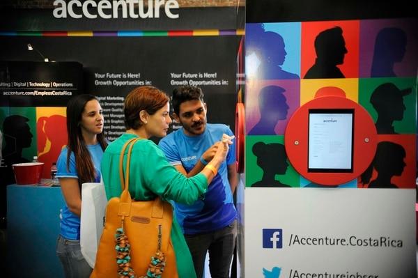 Juan Manuel Robert e Ivannia Montes de Oca, reclutadores de la empresa Accenture, asesorando a Maria Isabel Alpirez en la Expo Empleo Cinde realizada el fin de semana anterior en la Antigua Aduana. Foto con fines ilustrativos.
