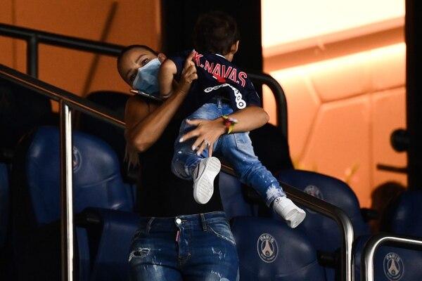 Andreas Salas, esposa del arquero Keylor Navas, observó el triunfo del París Saint Germain desde los palcos del estadio del Parque de los Príncipes, en París. AFP
