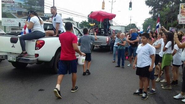 A las 2:30 p. m. cerca del aeropuerto Juan Santamaría, Alajuela, estudiantes de las escuelas La California y Aeropuerto, entregaban la antorcha.