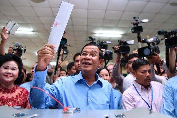 El primer ministro de Camboya, Hun Sen, se aprestaba a emitir su voto en un recito electoral en Nom Pen, este domingo 29 de julio del 2018. Lo acompañó su esposa, Bun Rany.