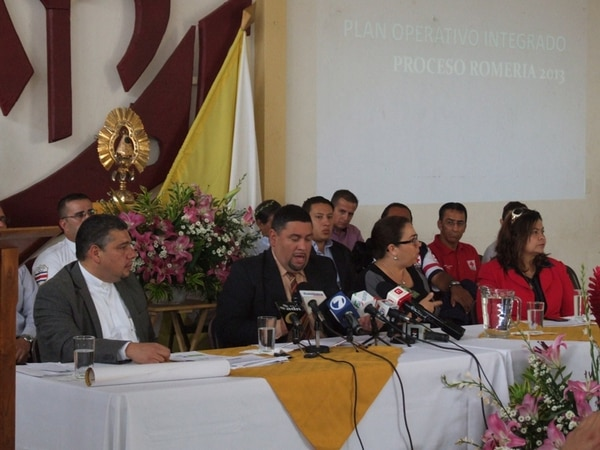 El alcalde Rolando Rodríguez (centro) dio detalles de la romería. A su lado (izq.), el cura Francisco Arias. | J. CALDERÓN.