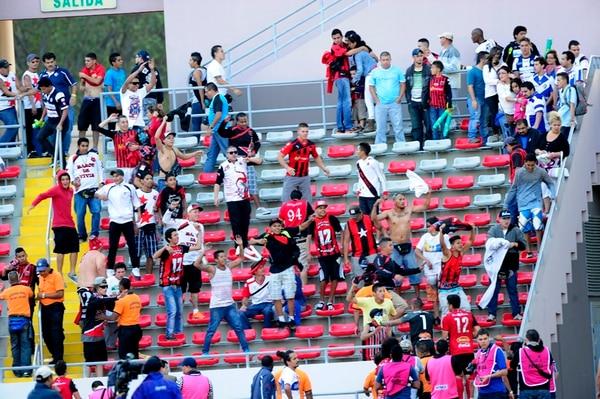 La turba de los aficionados de Liga Deportiva Alajuelense tomó el sector sur del Estadio Nacional acorralando a los aficionados brumosos. | RAFAEL PACHECO