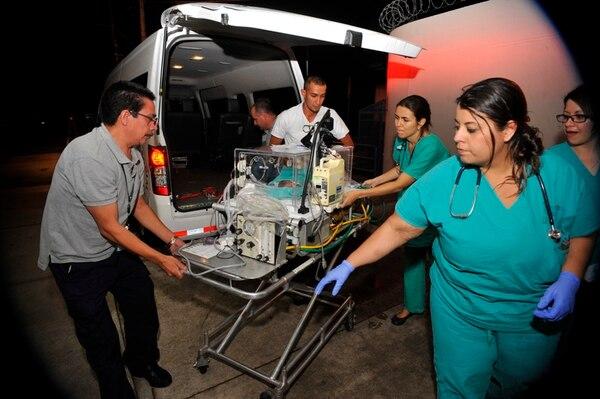 (Arriba) Los expertos recibieron, anoche, a la bebé Valentina González en el Hospital de la Mujer. (Abajo) La familia de Silvia Villegas, madre de los sextillizos, celebran la llegada de sus nuevos miembros en Belén de Heredia. | DIANA MÉNDEZ Y GABRIELA SOLÍS PARA LN