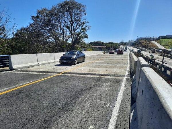 Vista del nuevo puente a tres carriles sobre el río Ciruelas cerca del Aeropuerto Juan Santamaría. Pronto iniciarán obras al lado de este. A un kilómetro de esta nueva estructura, se halla el puente a dos carriles frente al aeropuerto que se arreglaría en unos dos años. Fotografía: Fideicomiso Ruta Uno para LN.