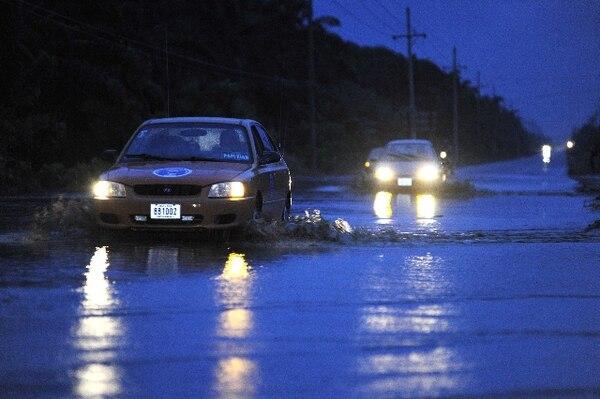 El río Pocales en Parrita se desbordó hoy desde las 7 p.m. | ALBERT MARÍN