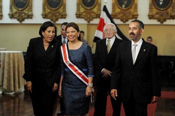 Laura Chinchilla ingresó anoche al plenario con los diputados Emilia Molina y Juan Luis Jiménez. Atrás, el esposo de la mandataria, José María Rico.
