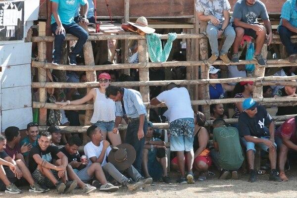 En el redondel cualquier lugar es bueno para observar las corridas. Foto: Alonso Tenorio.