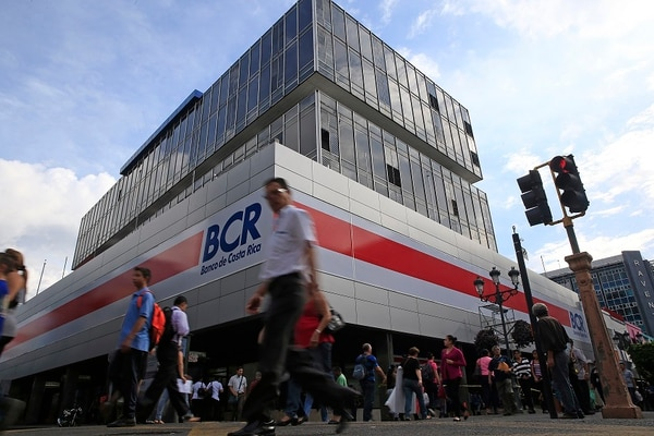 Los directivos del Banco de Costa Rica tienen como objetivo realizar más banca personal, pues deja más ganancias. Por eso dicen que redujeron el personal en la menor cantidad posible.