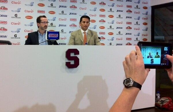 Rónald González, acompañado por el presidente del Deportivo Saprissa, Juan Carlos Rojas, dijo sentirse tranquilo.