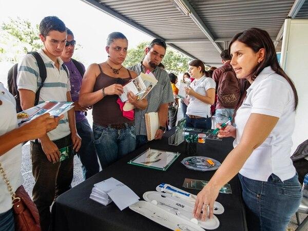 Jóvenes reciben información en una feria de empleo realizada a comienzos de noviembre pasado en la Ulacit, en la que 26 empresas ofertaban 1.000 puestos de trabajo para profesionales calificados. | JORGE ARCE