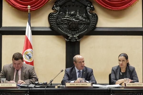 Juan Marín (PLN), Rafael Ortiz (PUSC) y Karla Prendas (PLN) estudian cómo sancionar a sus antecesores. | JORGE ARCE.