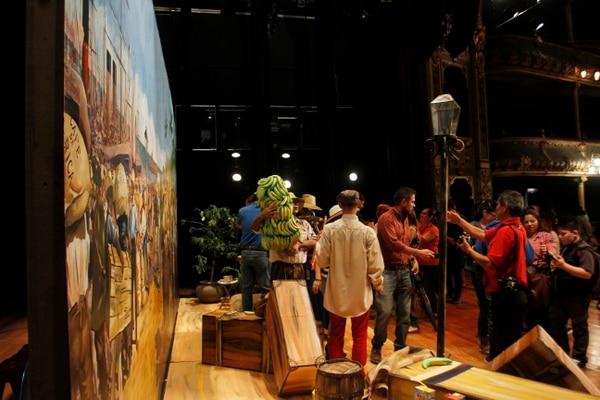 Los visitantes tienen acceso al escenario donde pueden compartir con actores y disfrutar de la música. Foto: Gesline Anrango