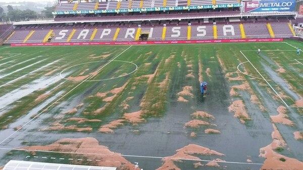 A las 3 p. m. de ayer, tras un fuerte aguacero que cayó en San Juan de Tibás, la gramilla del Estadio Ricardo Saprissa lucía así. | CORTESÍA DE PABLO ARIAS