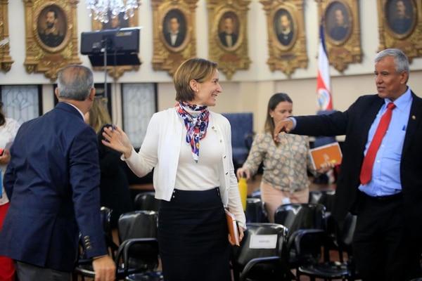 Como coordinadora del proceso de inclusión de Costa Rica a la OCDE, la ministra de Comex, Dyalá Jiménez, ha tenida una participación activa en la aprobación de leyes exigidas por ese organismo. En la foto aparece con Víctor Morales Mora, ministro de la Presidencia. Foto: Rafael Pacheco