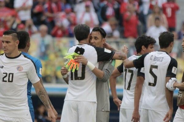 Keylor Navas se abraza con Bryan Ruiz, después de la debacle frente a Brasil. Fotografía: Damián Arroyo.
