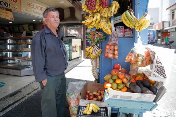Edwin Flores de 65 años piensa cerrar la semana entrante si se eleva la alerta, pero sostiene que necesita los ingresos de su trabajo para mantener su hogar. Fotografía: Jeffrey Zamora