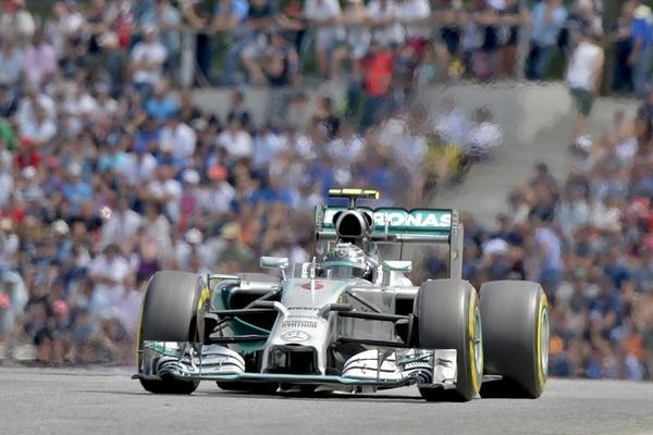 Nico Rosberg venció ayer a su compañero de escudería Lewis Hamilton en el Gran Premio de Austria; de este modo, en el campeonato de pilotos, el primero tiene 165 puntos por 136 unidades en la cuenta del segundo. | EFE