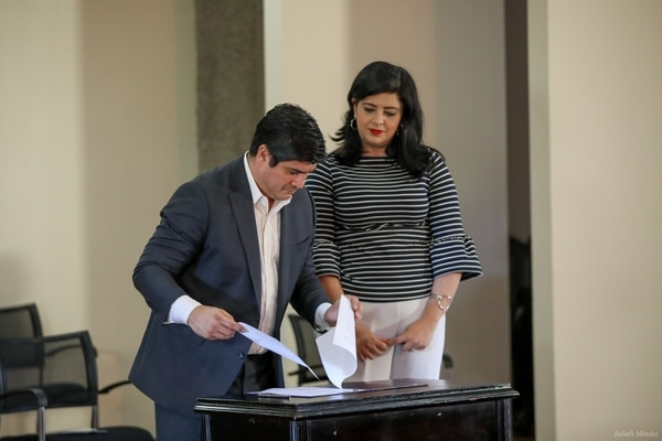 Gobierno presentó un texto al Congreso para suspender el pago de ¢23.000 millones de anualidad a empleados públicos para destinarlo a subsidios económicos para hogares golpeados por la crisis. En la imagen el presidente Carlos Alvarado con la ministra de Planificación, Pilar Garrido. Presidencia.
