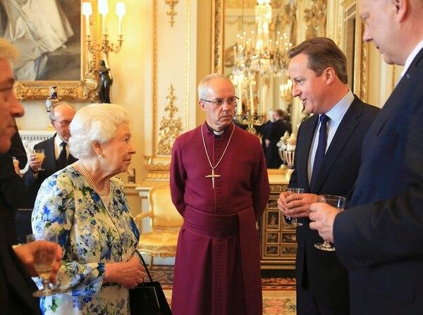 David Cameron (penúltimo a la derecha) conversaba el martes con la reina Isabel y el arzobispo de Canterbury, Justin Welby. | AFP
