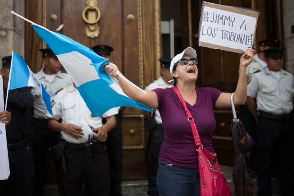 Manifestantes gritan consignas a favor de levantar la inmunidad al presidente de Guatemala, Jimmy Morales, fuera del edificio del Congreso en la Ciudad de Guatemala.