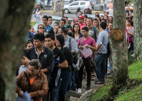 Gran caantidad de jóvenes hicieron fila hoy en busca de un trabajo en la feria en el Parque Nacional.