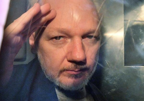 Julian Assange observaba desde el vehículo en que lo trasladaban a una prisión en Londres, el 1.° de mayo del 2019, luego de una audiencia judicial.