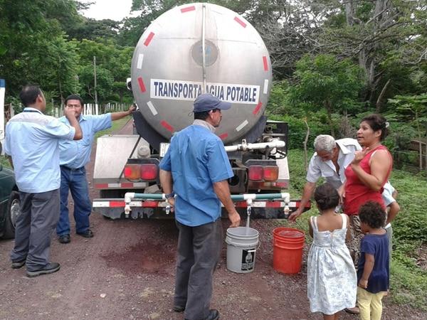 Acueductos y Alcantarillados distribuye agua potable en varias zonas de Cañas, Guanacaste, porque reciben el líquido con el químico.   ARCHIVO