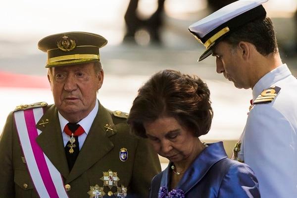 La reina Sofía y el rey Juan Carlos asistieron ayer, en Madrid, al desfile del Día de Las Fuerzas Armadas. | AP