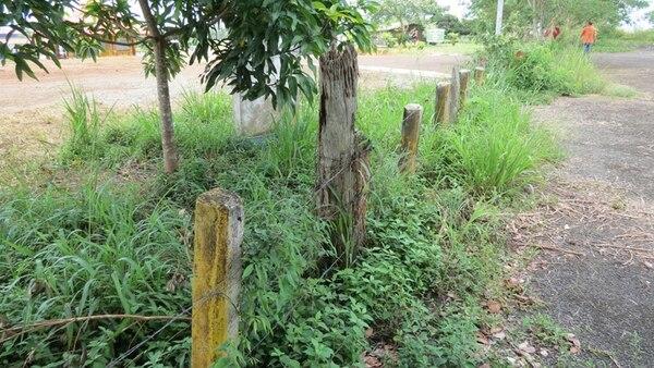 Una vieja cerca divide a Costa Rica de Nicaragua en Tablillas. El país vecino ya construyó una carretera de 160 kilómetros para que entre a funcionar la vía limítrofe. Aquí, está pendiente una carretera que comunicará la zona norte con la región del Caribe.   CARLOS HERNÁNDEZ
