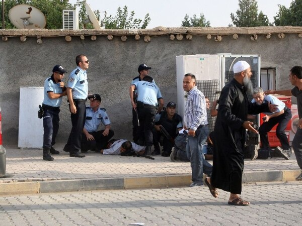Varios policías turcos auxiliaron hoy a sus colegas heridos por obuses disparados desde Siria en el pueblo de Akçakale. | AFP