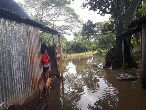 Esta es la comunidad de Playa Azul localizada cerca del río Tárcoles (cantón de Garabito, Puntarenas). El desbordamiento del río anegó amplias áreas donde habitan familias en la zona.