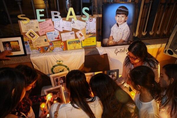 Varias niñas y adolescentes cargaron candelas en memoria de Sebastián Díaz. Fotografia: John Durán