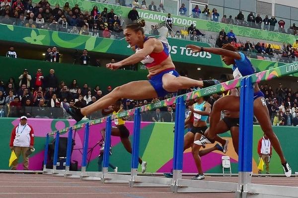 La vallista costarricense Andrea Vargas Mena busca su mejor forma física para llegar en el mejor nivel competitivo a los Juegos Olímpicos de Tokio. AFP