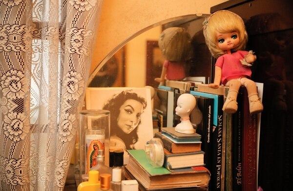 Libros, muñecas y fotos de María Felix son parte de los recuerdos que guarda Milo en los rincones de su casa. Foto Jeffrey Zamora
