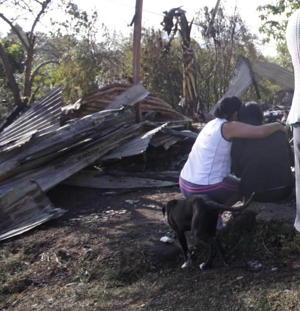 Un duro amanecer tuvieron las familias que lo perdieron todo anoche en Cot de Oreamuno.