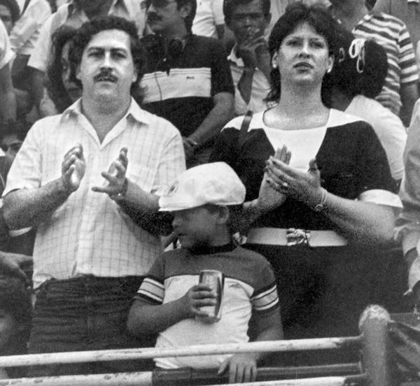 En una foto de fecha indeterminada, Pablo Escobar, María Victoria y el entonces pequeño Juan Pablo, primogénito de la pareja, asisten a un evento público. A mediados de los años 80, el narcoterrorista emprendería una guerra despiadada contra sus enemigos y que costó centenares de víctimas inocentes. FOTO AFP/para Grupo Nación