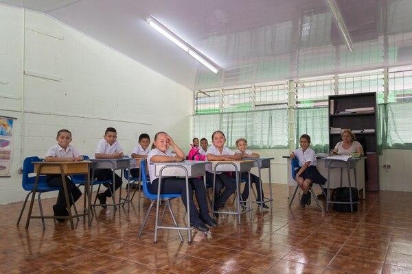 Las aulas del centro educativo cartaginés fueron pintadas con el nuevo producto.