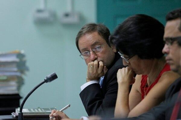 El abogado Rodrigo Rodríguez (al fondo) representó al AyA en el juicio celebrado, la semana anterior, en el Tribunal Contencioso. | ALBERT MARÍN