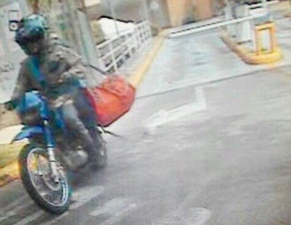 Dos sujetos abordo de una moto asaltan un puesto de lotería dentro de Multiplaza Escazú,. Foto cortesía