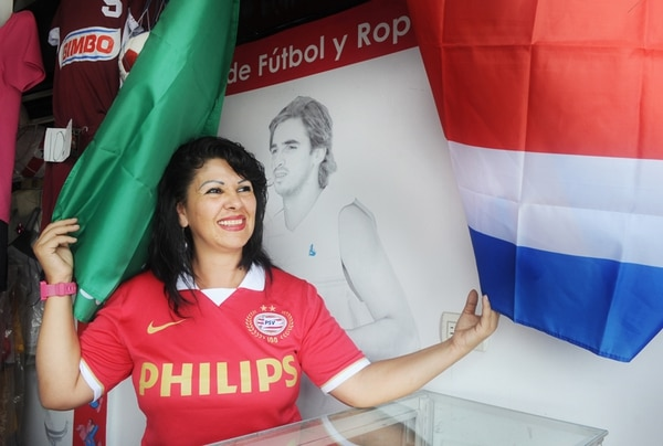 La madre de Bryan Ruiz, Rosa González, administra la tienda Moremia Sport Boutique.   MANUEL VEGA