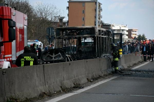 El bus en el cual viajaban 51 estudiantes apareció quemado en San Donato Milanese, cerca de la ciudad italiana de Milán.
