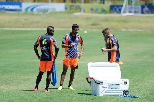 Waylon Francis, Deyver Vega y Elías Aguilar se hidratan luego de la práctica de la Selección Nacional, ayer en el Proyecto Gol. | GRACIELA SOLÍS