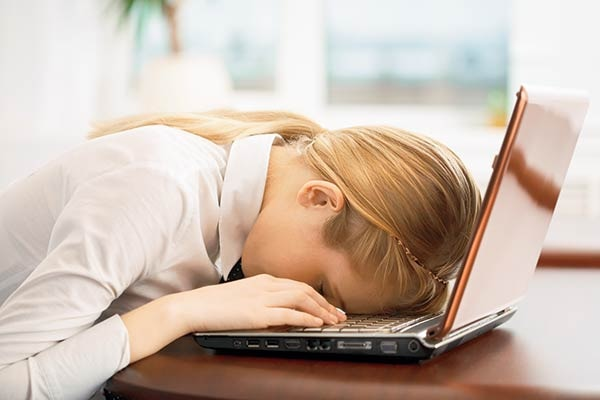 Una de las manifestaciones del estrés es que siempre se dirige siempre hacia su cuerpo y puede causarle graves problemas de salud.