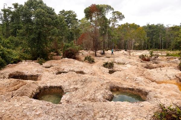 El 10 de mayo anterior, los ministros de Seguridad, Michael Soto y de Ambiente, Carlos Rodríguez; visitaron la zona de Crucitas donde constataron el daño por la extracción ilegal de oro en partes de la finca Vivoyet / Foto: Albert Marín.