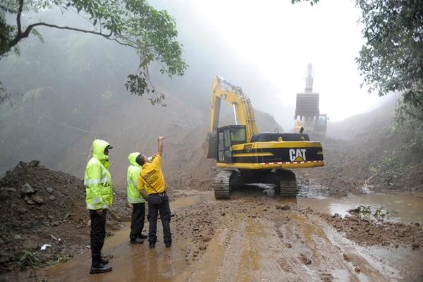 1 k La ruta 32 se mantiene cerrada debido a un deslizamiento del kilómetro 19 al 29. 2 k Allan Esquivel y su esposa cuidaban la propiedad ayer en de San Miguel de Batan 3 k Funcionarios del Cuerpo de Bomberos también participaron en el rescate de familias afectadas en la zona de Siquirres 4 k Comisión Nacional de Emergencia (CNE) reportó ríos mayoría de ríos crecidos en Limón, Sarapiquí y Turrialba. 5 k Río Reventazón provocó inundaciones en las comunidades como El Carmen, Imperio, El Cocal y San Alberto. Alejandro Nerdrick, José Díaz y cortesías.
