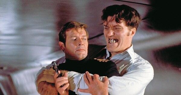 Roger Moore como el agente 007. En la foto aparece junto a Richard Kiel, conocido como el secuaz Tiburón en las cintas de James Bond.