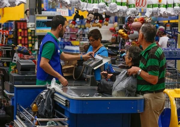 Walmart en San Sebastián. Actualmente el impuesto sobre las ventas grava principalmente bienes. La reforma propone que a los servicios también se les aplique. Además propone subir la tasa del 13% actual al 15% en el año 2017. | JORGE ARCE/ARCHIVO