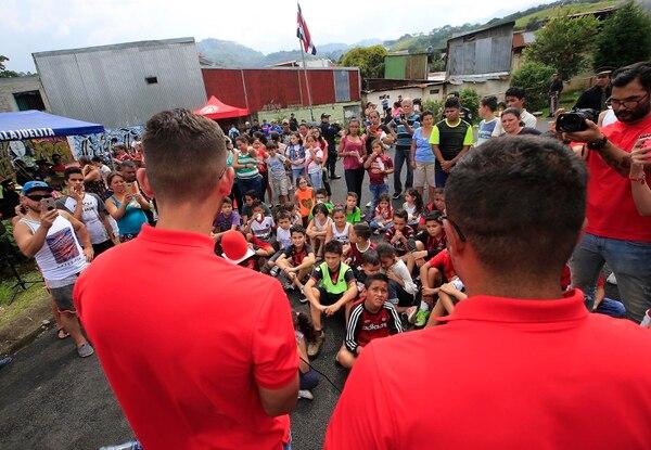 Jonathan Moya y Róger Rojas les aconsejaron a los niños guiarse por valores como solidaridad y respeto. Foto: Rafael Pacheco