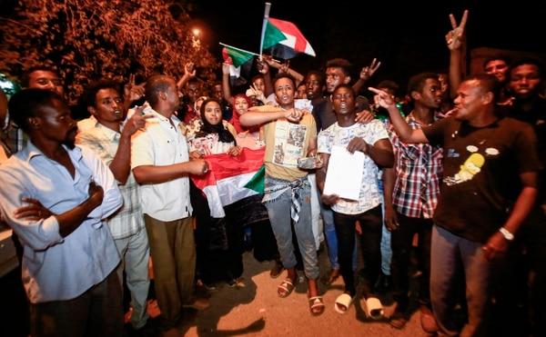 Los manifestantes sudaneses se manifiestan con banderas nacionales y cantan consignas durante una manifestación contra el nuevo consejo militar gobernante establecido después del derrocamiento del presidente Omar al-Bashir, en la capital Jartum, el 11 de abril de 2019. Foto: ASHRAF SHAZLY / AFP.